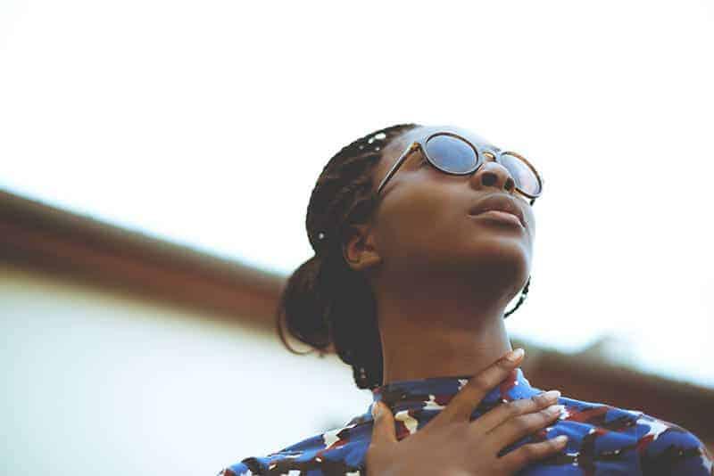 Eine Frau mit Brille schaut auf