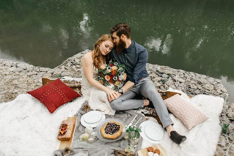 Paar beim Picknick am Wasser