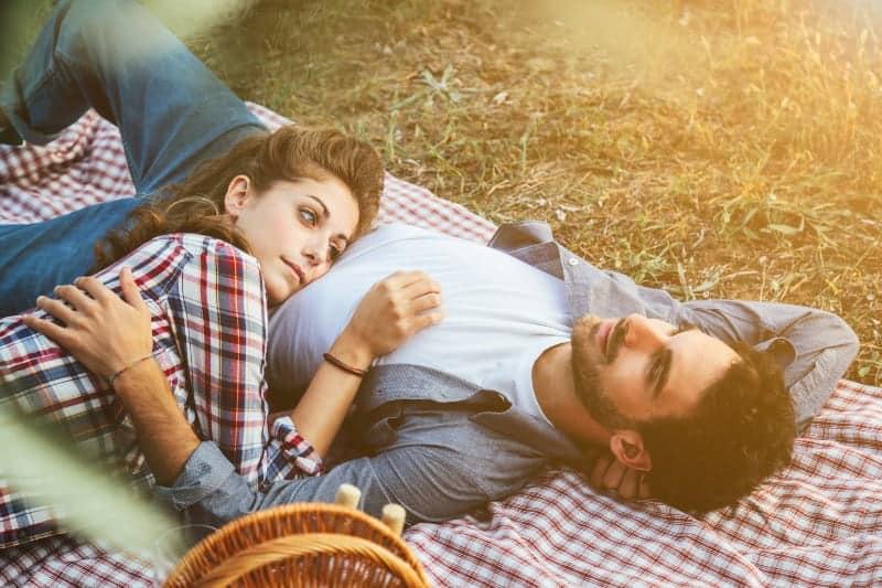 Paar beim Picknick