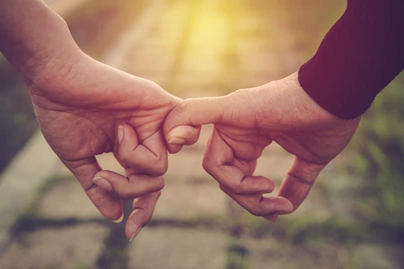 Paar mit den Fingern halten
