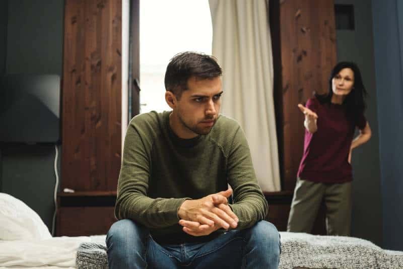 Paar oder Mutter und erwachsener Sohn haben Streit im Schlafzimmer