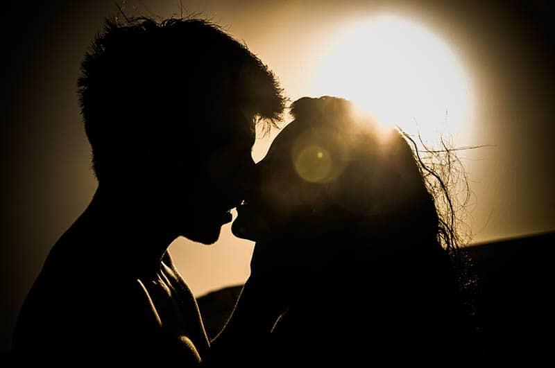 Silhouette des Paares küssen