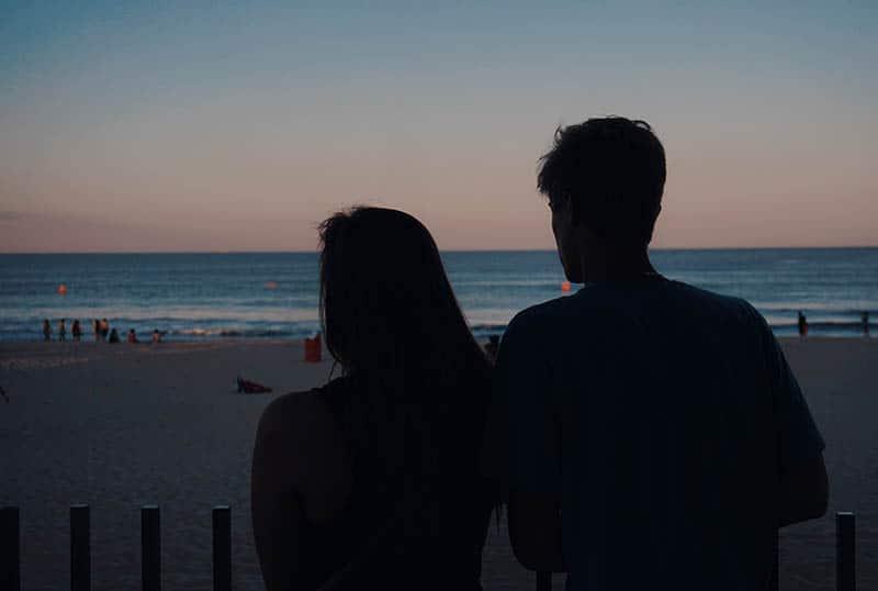 der Hintergrund eines liebenden Paares, das den Strand betrachtet