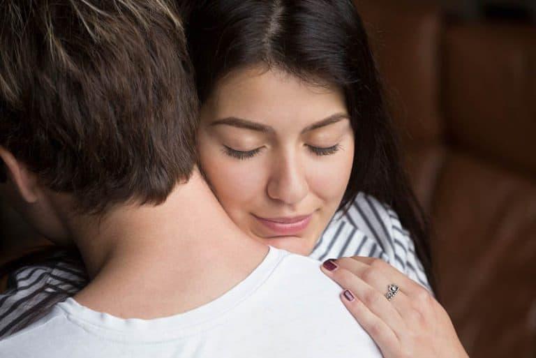 ein Mädchen, das einen Mann tröstet