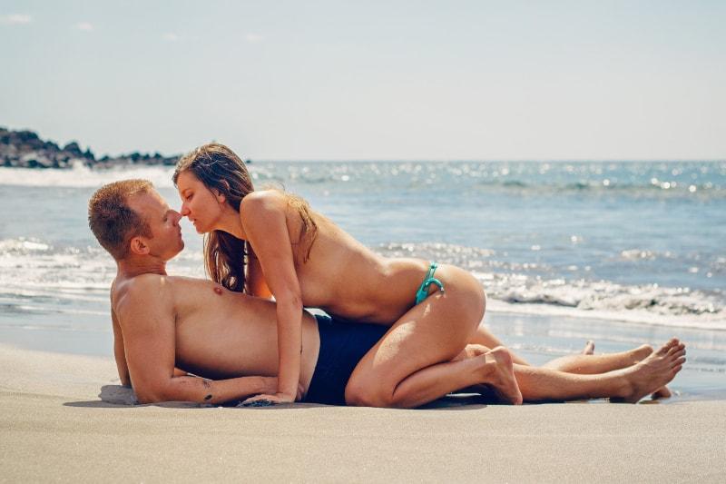 ein Mädchen sitzt auf einem Mann am Strand(1)
