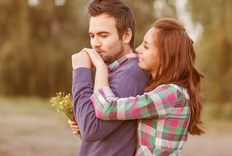ein Mann, der die Hand eines Mädchens küsst