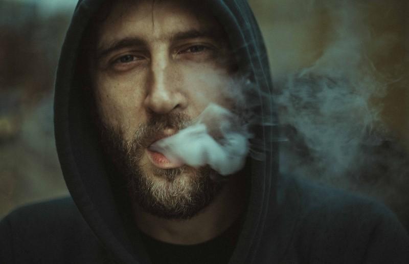 ein Mann, dessen Rauch aus seinem Mund kommt(1)