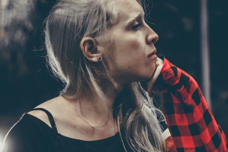 ein Porträt einer traurigen nachdenklichen Blondine