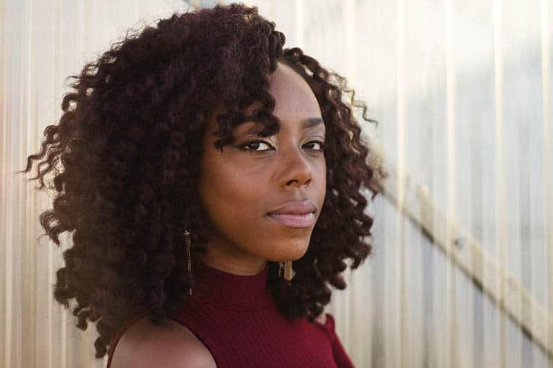 eine Frau mit krausem Haar