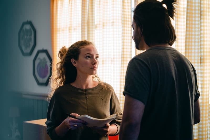 eine traurige Frau, die mit ihrem Mann in der Wohnung spricht