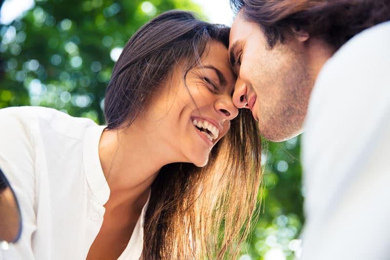 glückliche Frau, die mit Mann lächelt