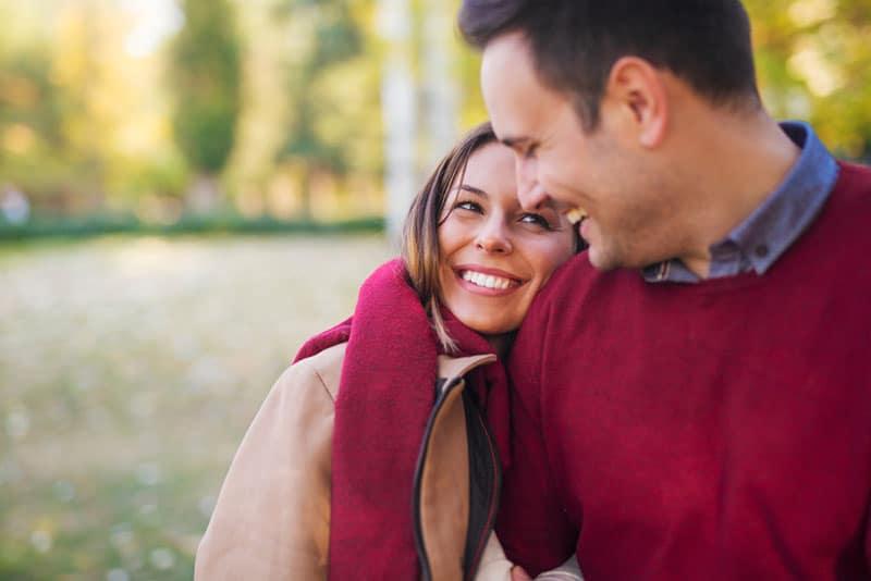 glückliches Paar im Park spazieren