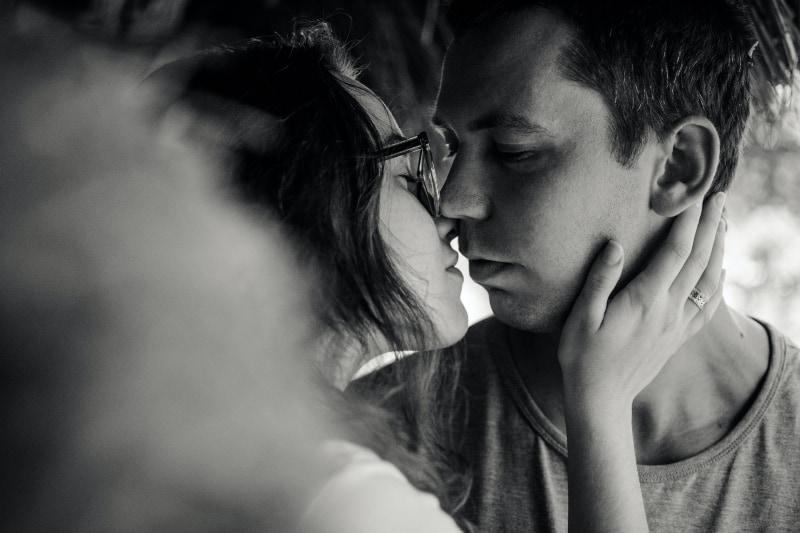 küssendes Paar, Schwarzweiss-Foto