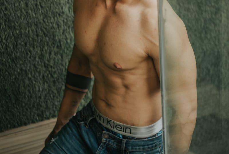 topless Mann in blauen Jeans