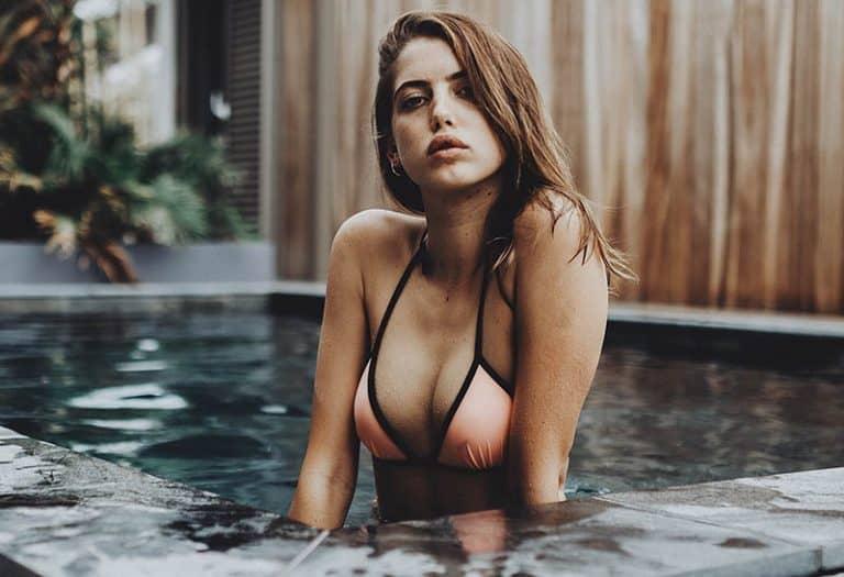 sexy Mädchen posiert im Pool
