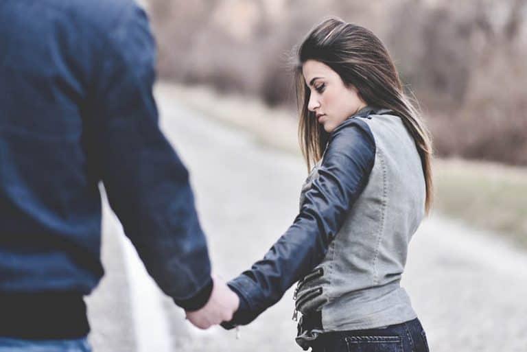 Das Mädchen hält die Hand des Jungen
