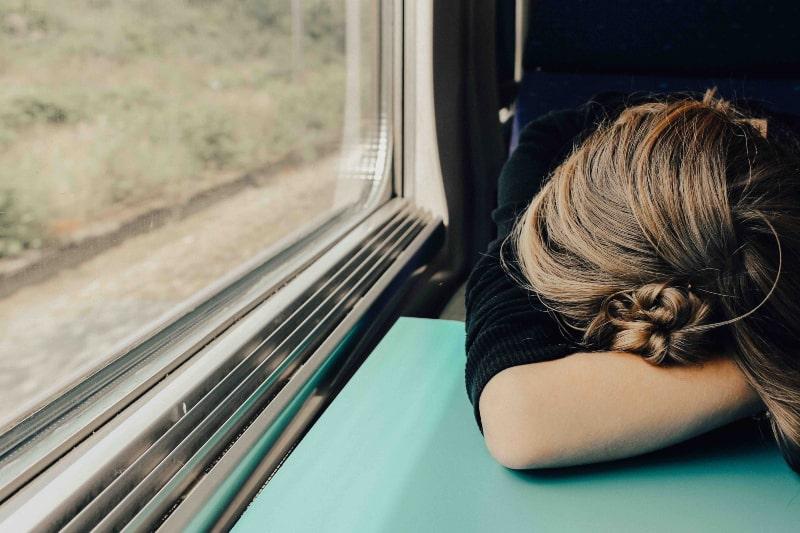 Das Mädchen schläft im Zug
