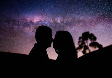 ein Paar küsst sich unter einem Sternenhimmel