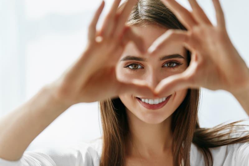 Ein Mädchen mit schönen Augen lacht