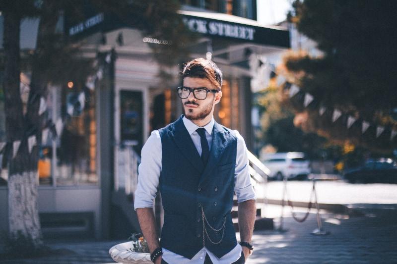 Ein Mann im Anzug überquert die Straße