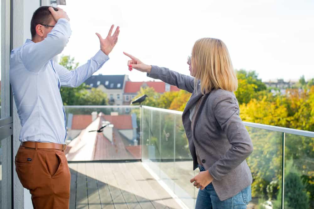 Ein Mann und eine Frau streiten sich auf der Terrasse