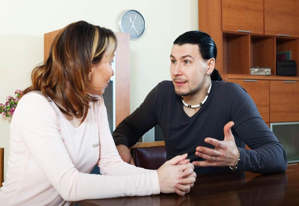 Ein Mann und eine Frau streiten sich im Haus