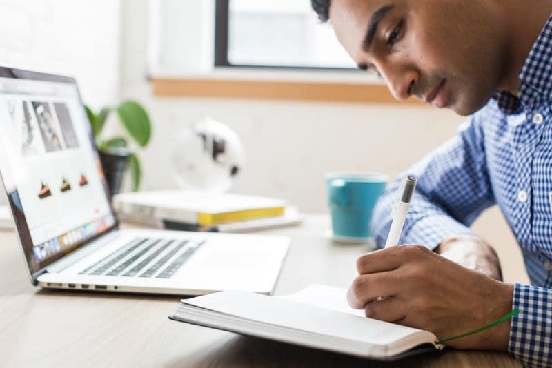 Ein junger Mann arbeitet in einem Büro