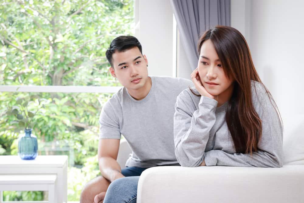 Ein junges asiatisches Liebespaar streitet im Haus