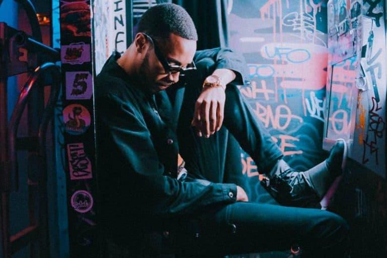 Ein schwarzer Mann sitzt auf dem Boden eines Haustors
