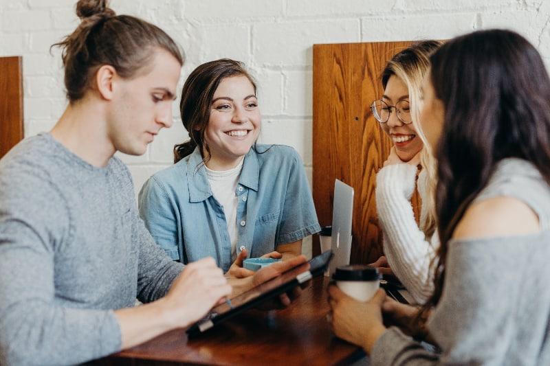 Eine Gruppe von Freunden in einem Café
