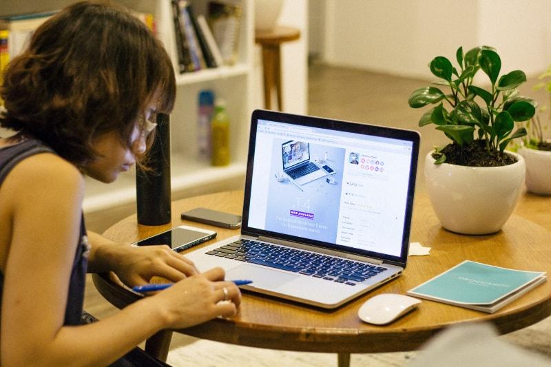 Frau, die auf ihrem Laptop stöbert