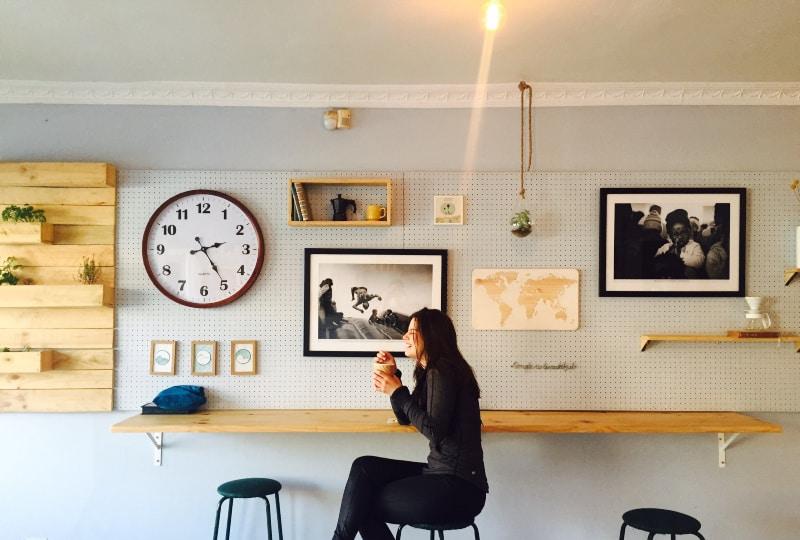 Frau sitzt auf Stall nahe Wandschreibtisch