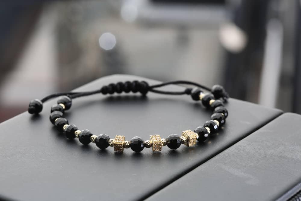 Halskette auf dem Tisch