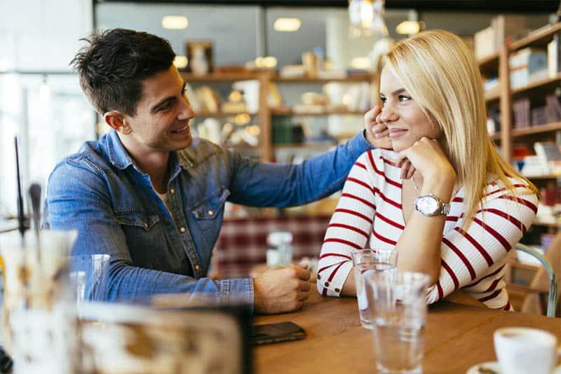 Mann und Frau schauen sich im Café an