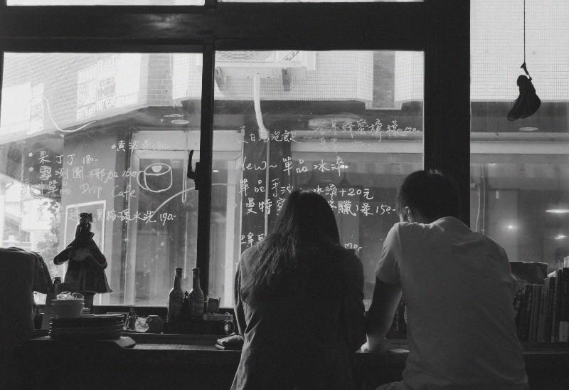 Mann und Frau sitzen in der Nähe des Fensters