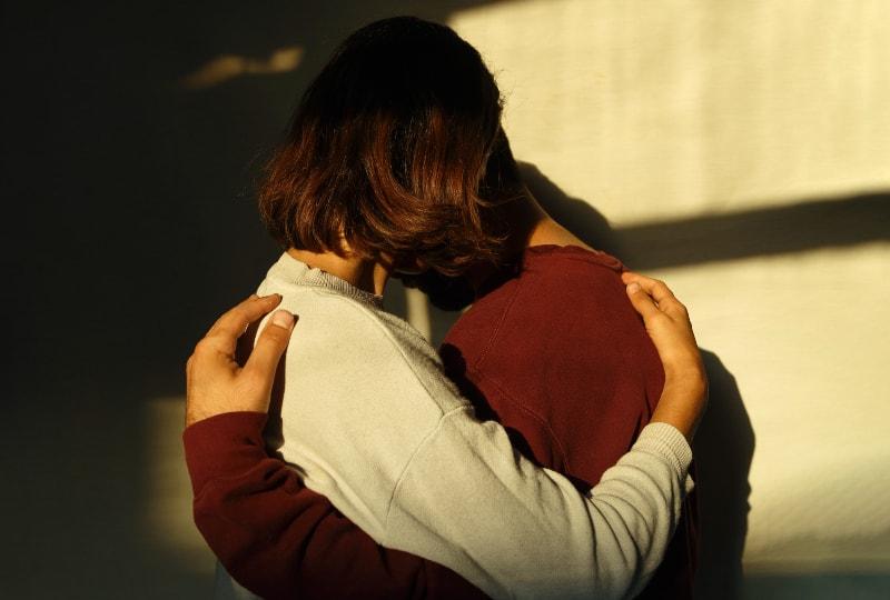 Mann und Frau umarmen sich(1)