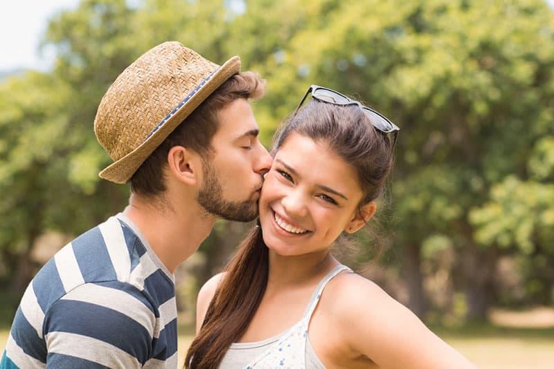 Nettes Paar im Park an einem sonnigen Tag