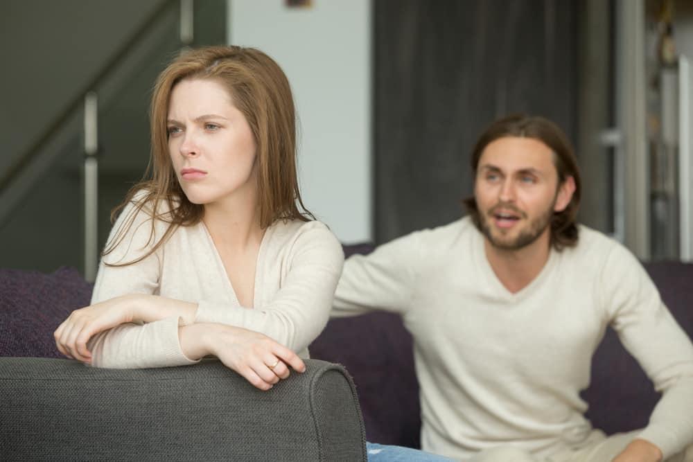 Streit eines Ehepaares auf dem Bett