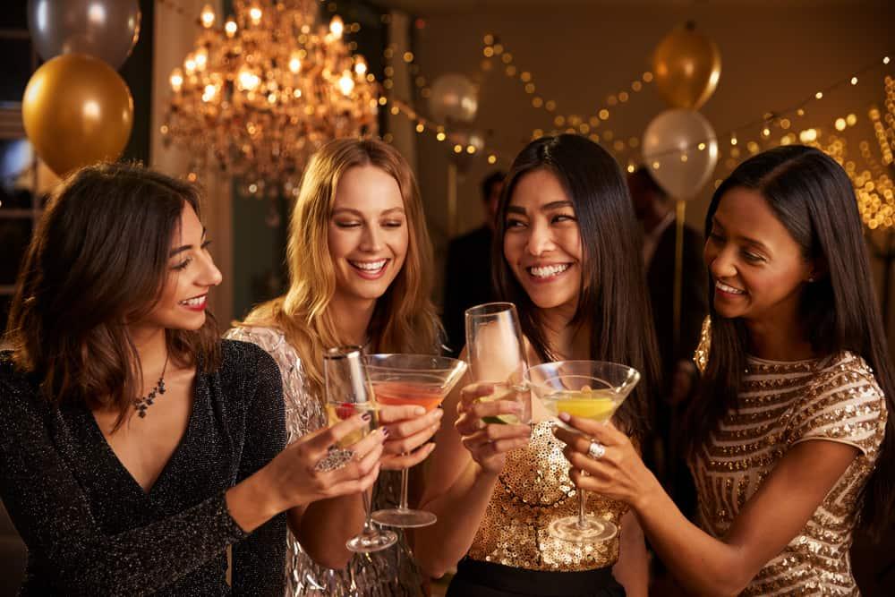 Vier lächelnde Frauen genießen eine Nachtparty