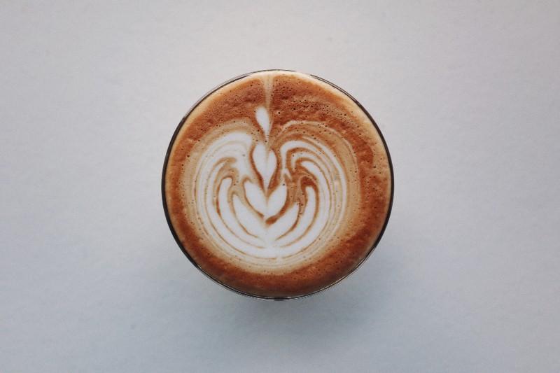 braune und weiße Keramikschale mit herzförmigem Kaffee