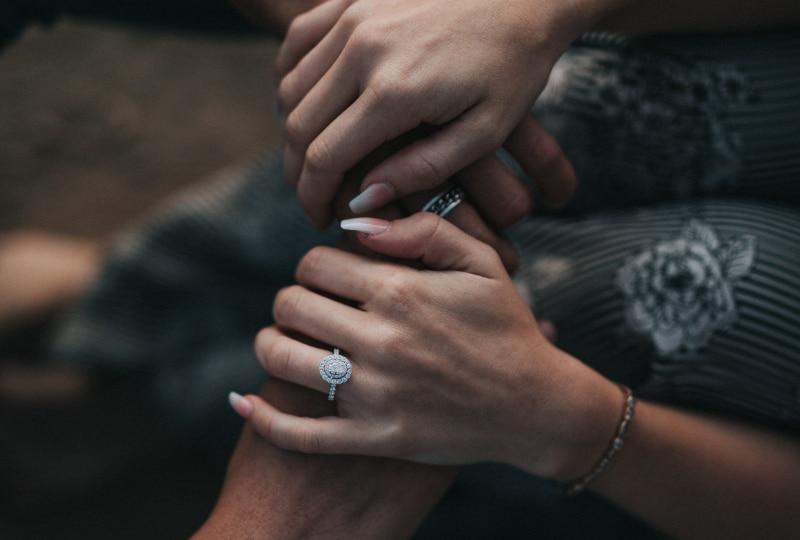 ein Mädchen mit einem Verlobungsring
