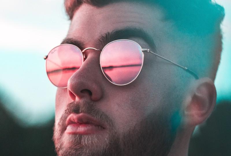 ein Mann mit rosa Brille