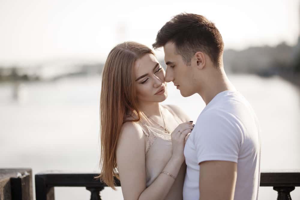 ein Porträt eines liebenden Paares in einer Umarmung auf einer Brücke