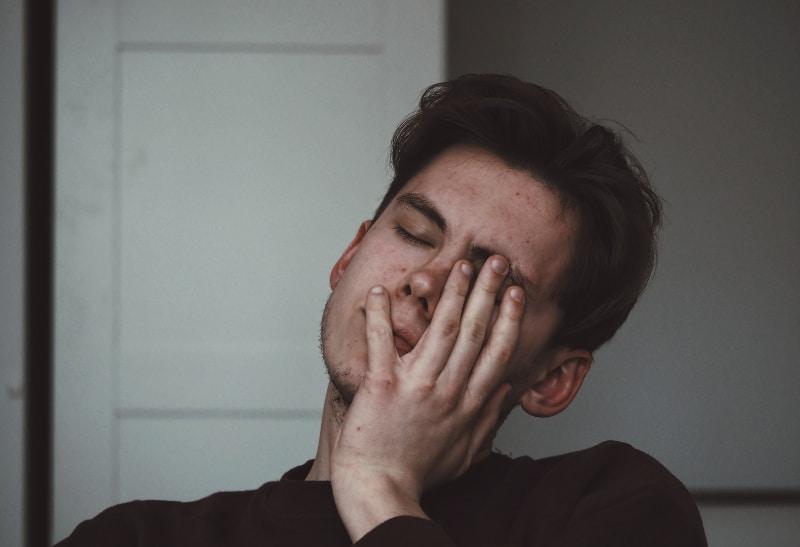 ein gelangweilter junger Mann im Haus