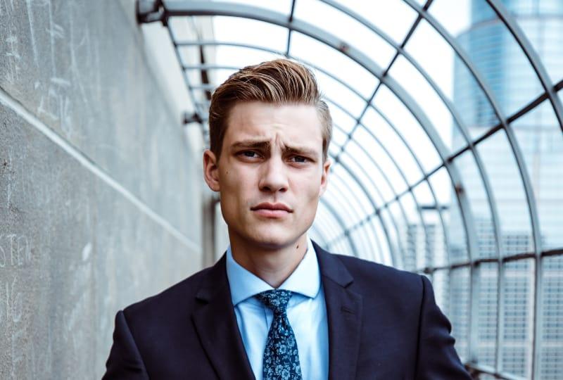 ein junger Geschäftsmann in einer Abteilung
