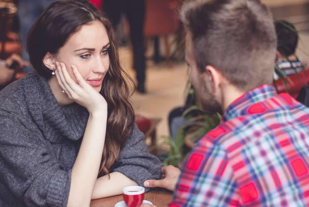 ein liebendes Paar sitzt und redet