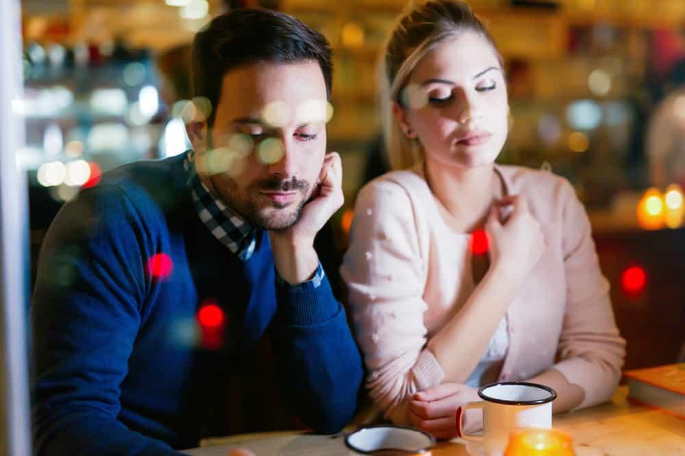 ein trauriges Liebespaar, das in einem Café sitzt
