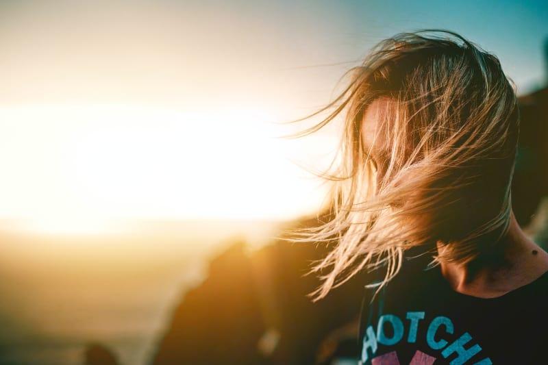 eine Frau, deren Wind in ihren Haaren weht