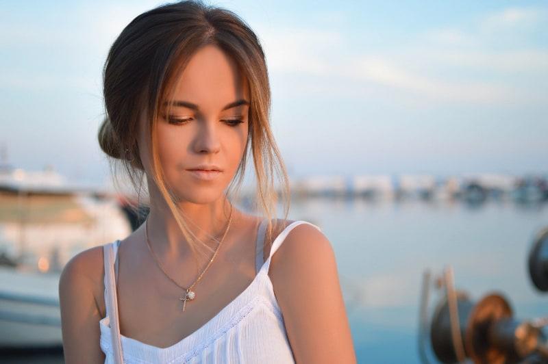 junge elegante Dame im weißen Kleid
