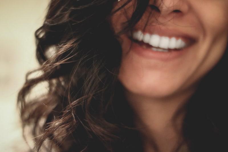 lange schwarzhaarige Frau, die Nahaufnahmefotografie lächelt